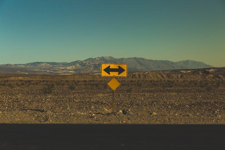 Frecce Segnaletica Verticale Su Strada Deserta